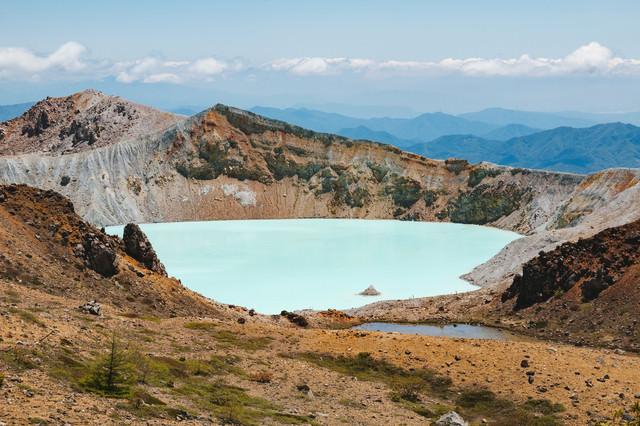 草津白根山の湯釜の写真