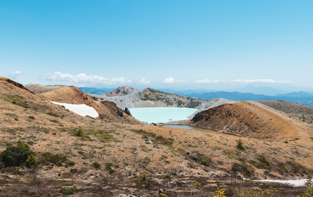 草津白根山にある乳白色の湯釜の写真