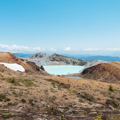「草津白根山にある乳白色の湯釜」の写真素材