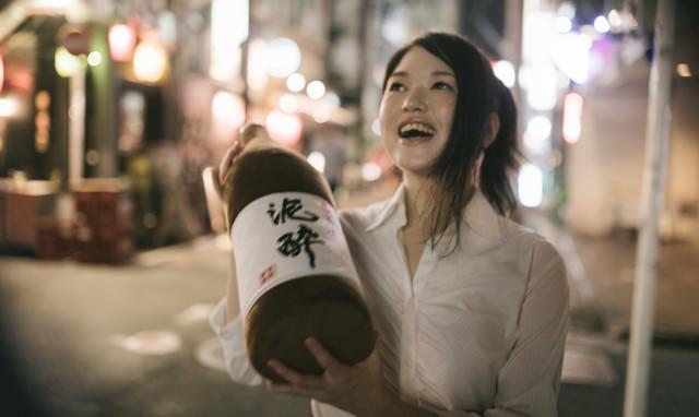 飲み歩いて3軒目。酔いがピークをむかえる女性の写真