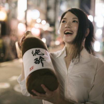 「飲み歩いて3軒目。酔いがピークをむかえる女性」の写真素材