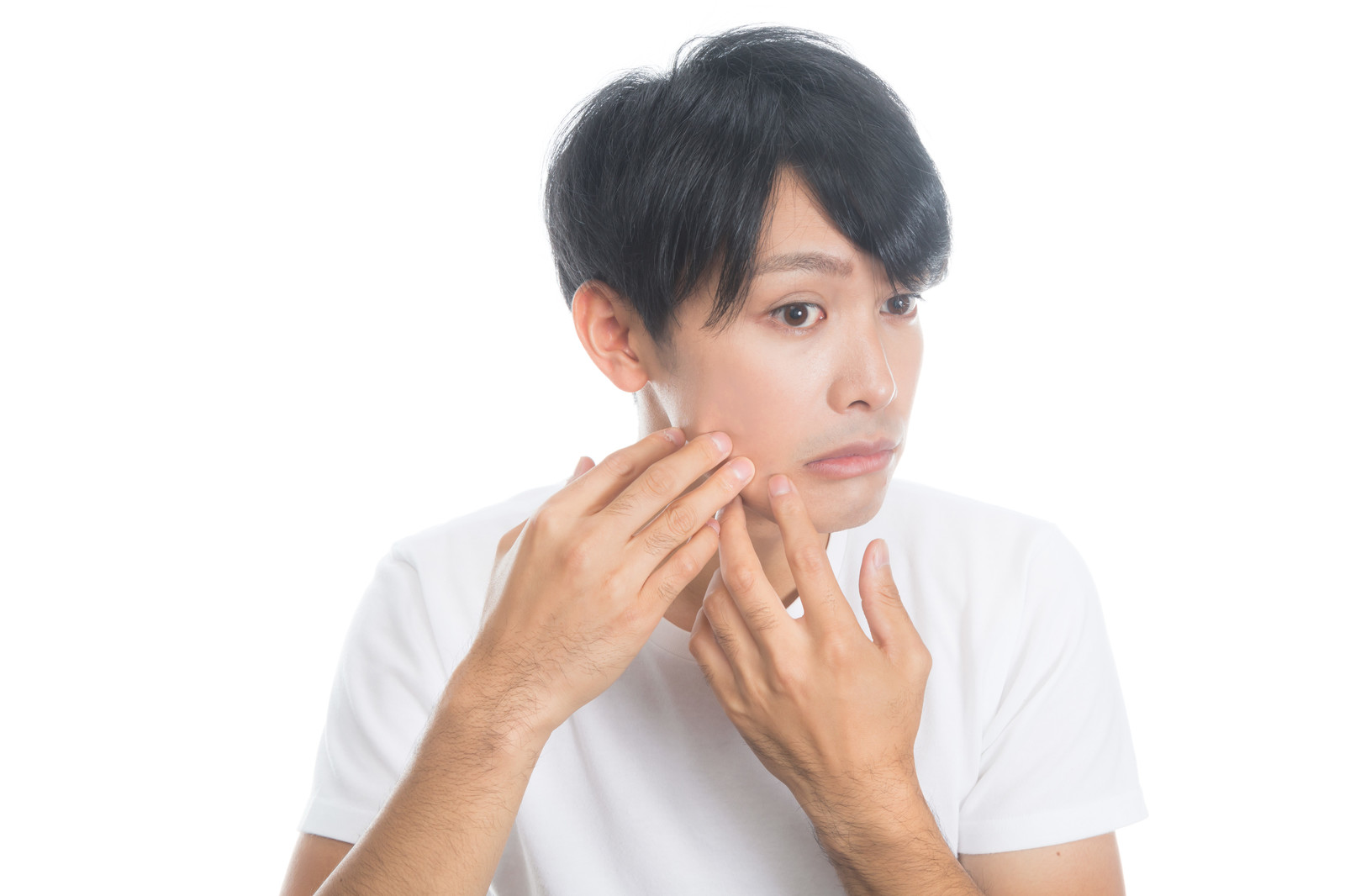 「顔の肌がヒリヒリする男性」の写真[モデル:完伍]