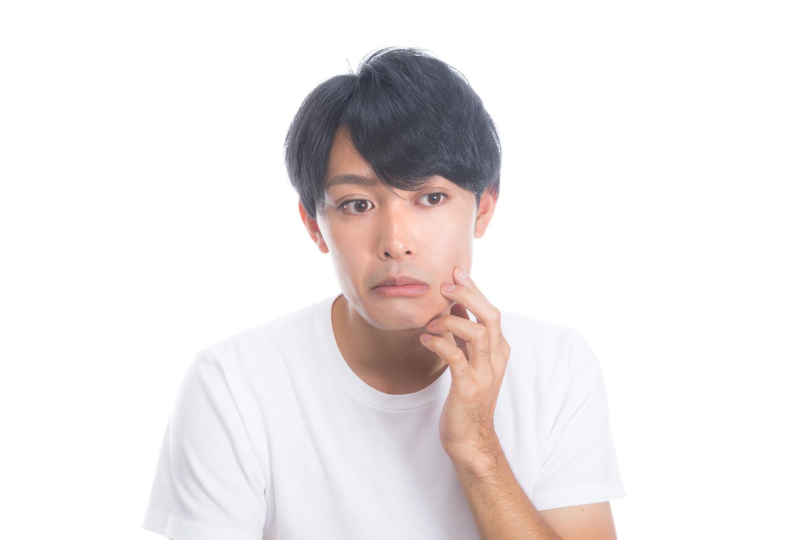 「顔のハリ具合を気にする男性」の写真[モデル:完伍]