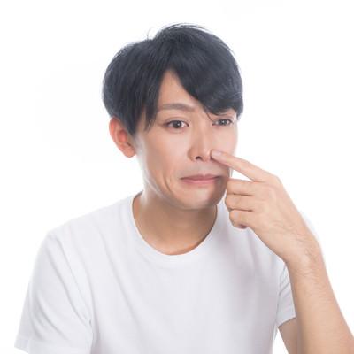 「鼻頭にできる吹き出物(面疔)を気にする男性」の写真素材