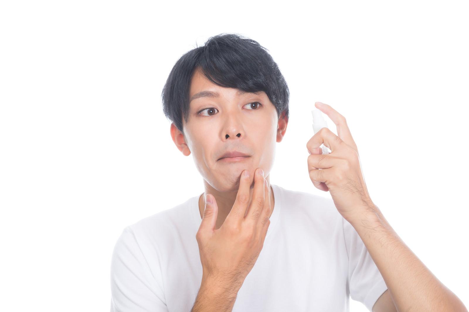 「ひげ剃りあとに肌ケアする男性」の写真[モデル:完伍]
