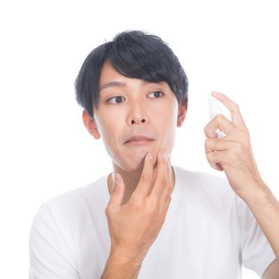 ひげ剃りあとに肌ケアする男性の写真