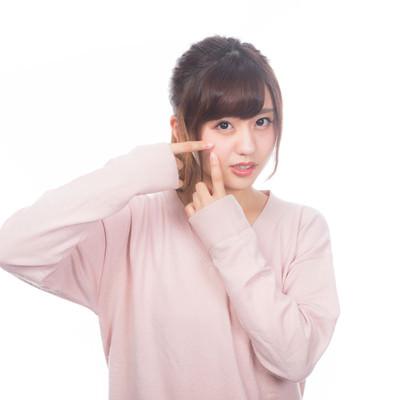 「指でニキビを潰したくなる女性」の写真素材