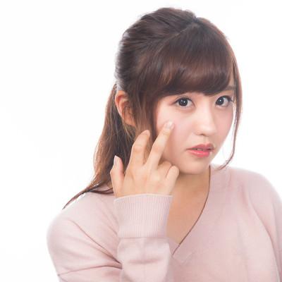 「顔の肌荒れを気にする若い女性」の写真素材