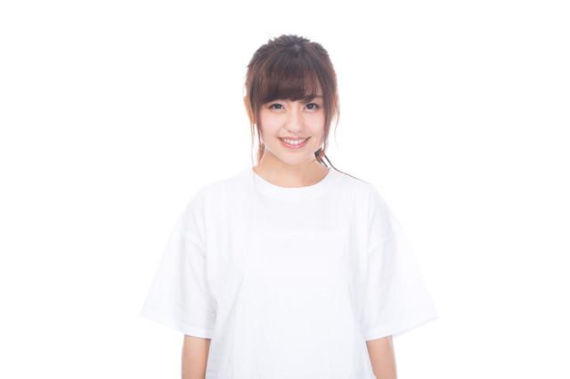 これから健康診断を受ける白シャツを着た女性の写真