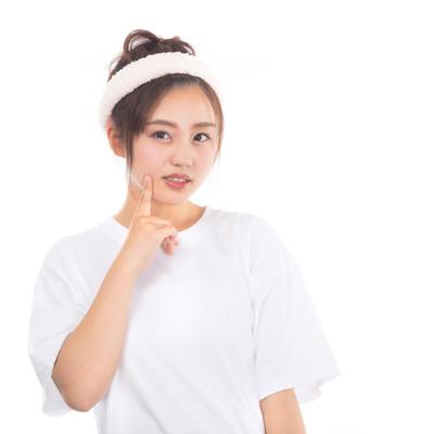 頬の吹き出物が気になる女性の写真