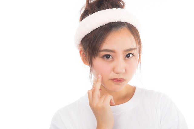 化粧ノリを気にする女性の写真