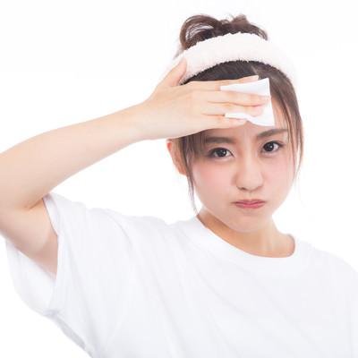 「額のメークを落とす女性」の写真素材