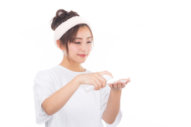 コットンに化粧水をつける女性の写真