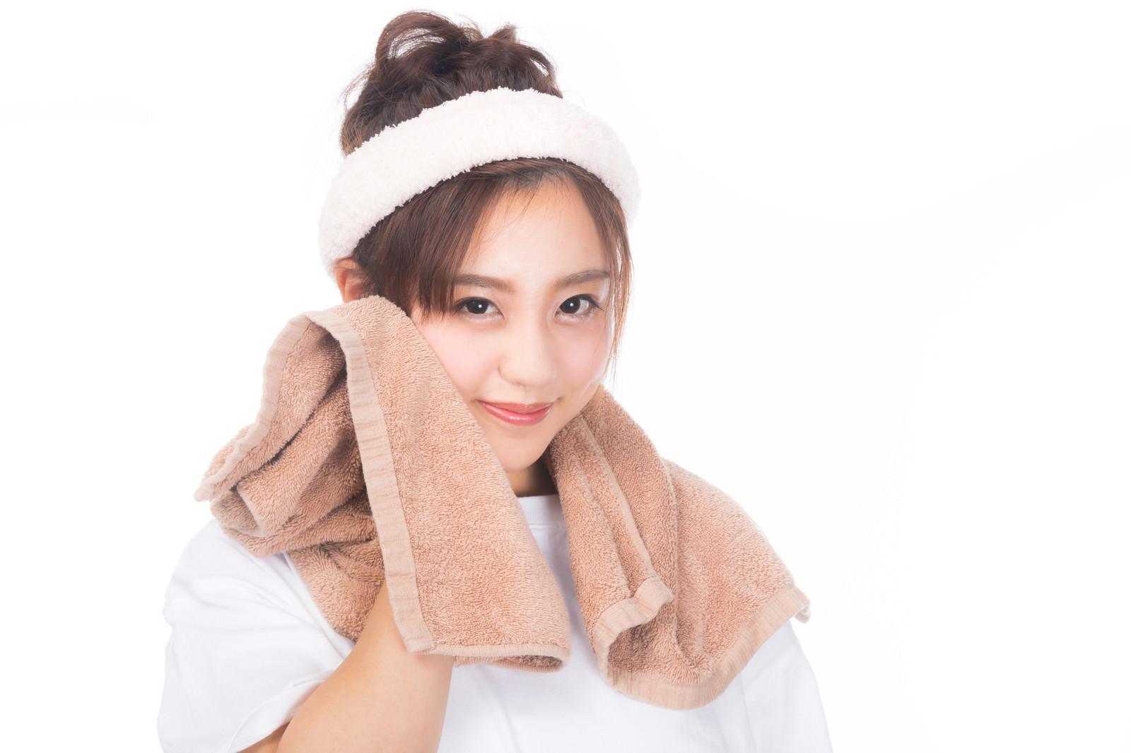 「タオルで顔を拭う女性」の写真[モデル:河村友歌]