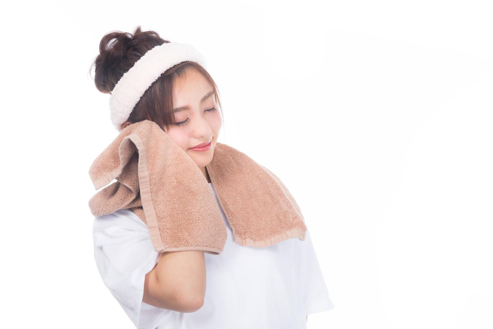 「タオルで頬を覆う女性」の写真[モデル:河村友歌]