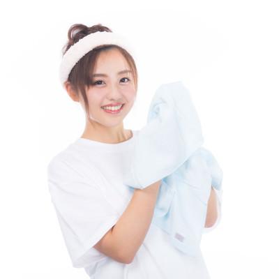 「さっぱりした表情でタオルを持つ女性」の写真素材