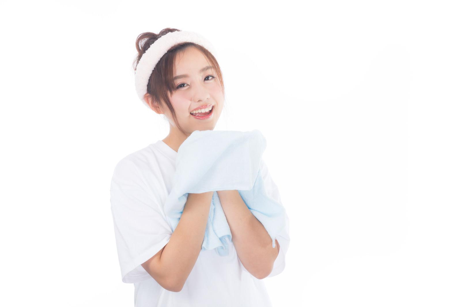 「朝に顔を洗う女性」の写真[モデル:河村友歌]
