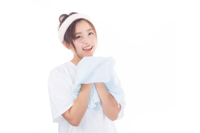 朝に顔を洗う女性の写真