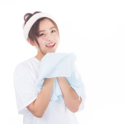 「朝に顔を洗う女性」の写真素材