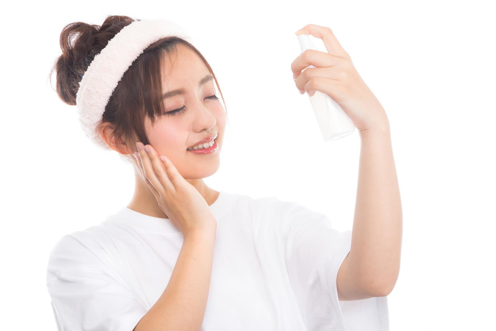 「顔に潤いを与える女性」の写真[モデル:河村友歌]
