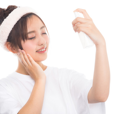 顔に潤いを与える女性の写真