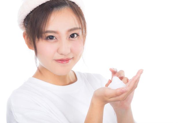 クレンジングの泡を持った女性の写真