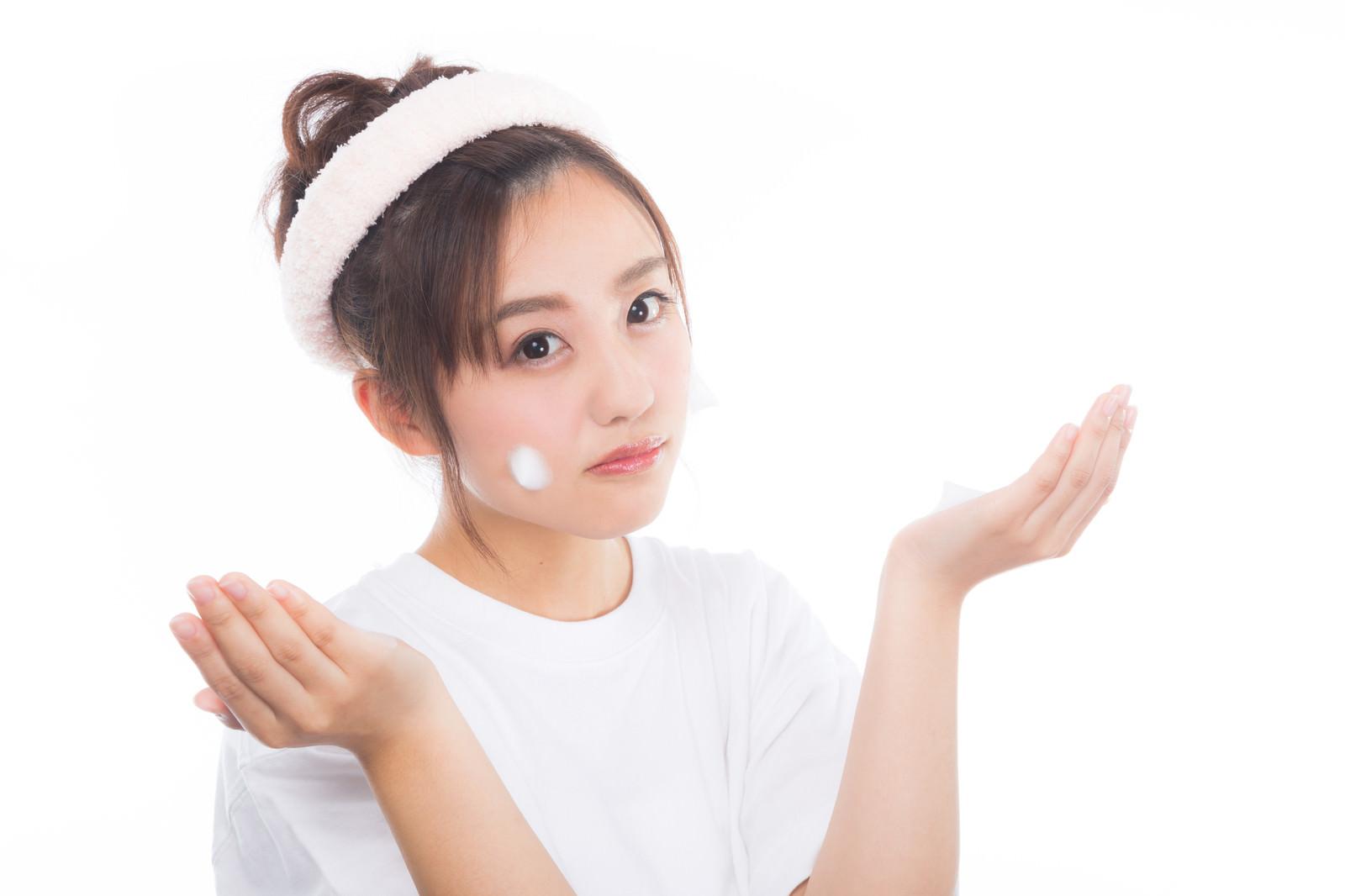「頬にクレンジングの泡をつける女性」の写真[モデル:河村友歌]
