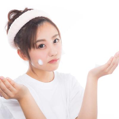 「頬にクレンジングの泡をつける女性」の写真素材