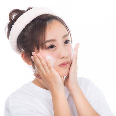 「クレンジングの泡で洗顔中の女性」の写真素材