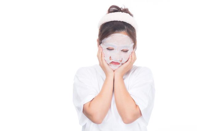 美肌のためにフェイスパックを使う女性の写真