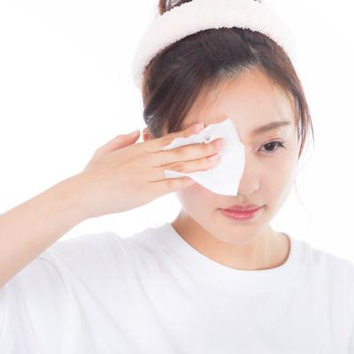「目元の化粧を落とす若い女性」の写真素材