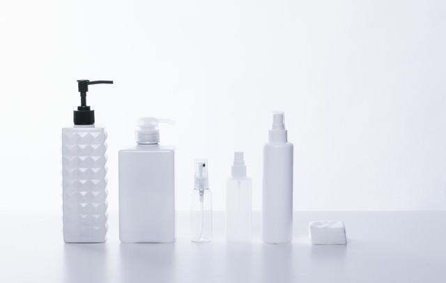 乳白色と透明なコスメ用ボトルの写真