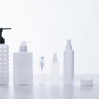 「乳白色と透明なコスメ用ボトル」の写真素材