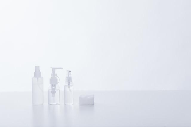 透明な化粧水の容器の写真