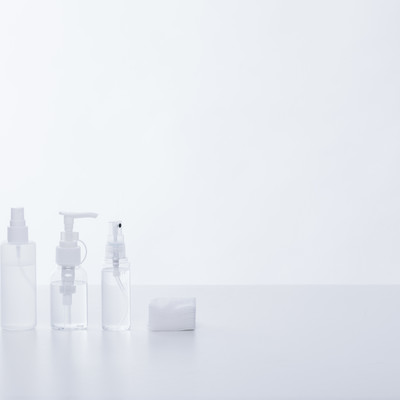 「透明な化粧水の容器」の写真素材