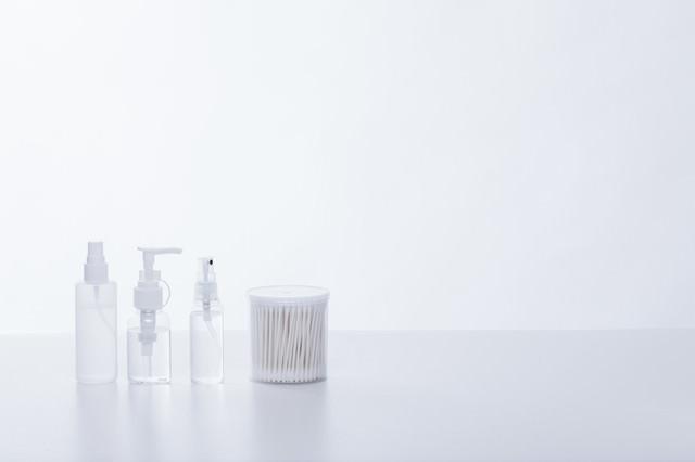 美容液のボトルと綿棒の写真