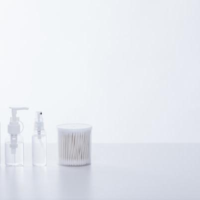 「美容液のボトルと綿棒」の写真素材