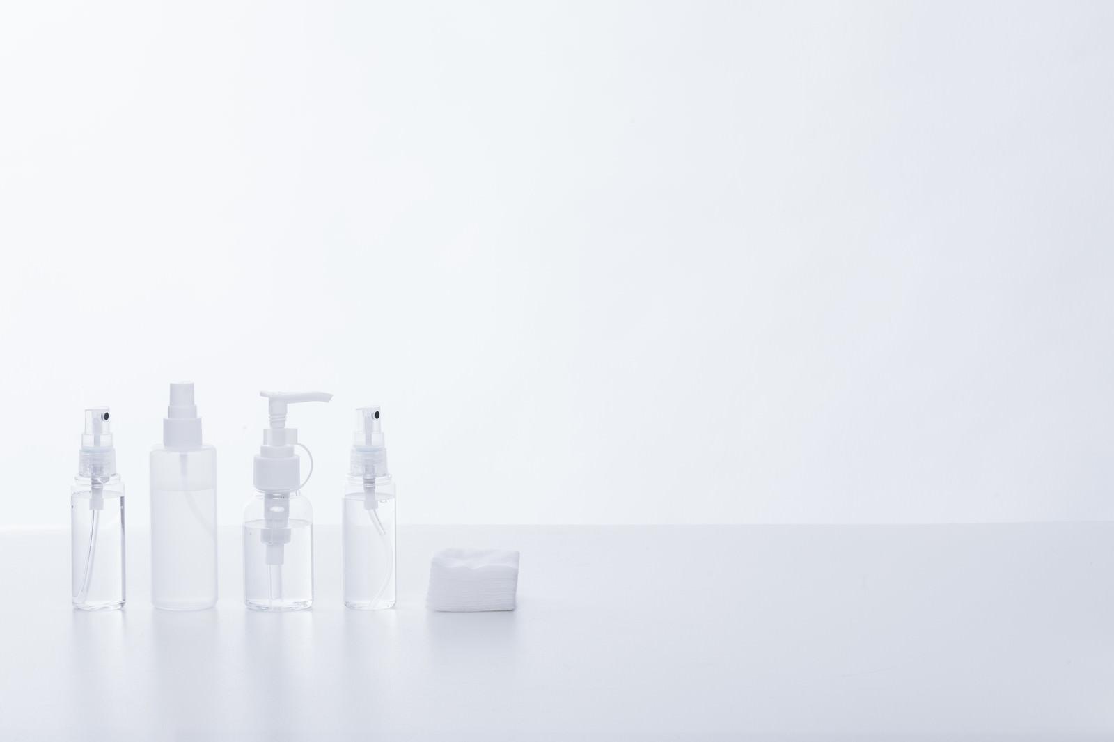 「透明な化粧水ボトル(つめかえ用)とコットン」の写真