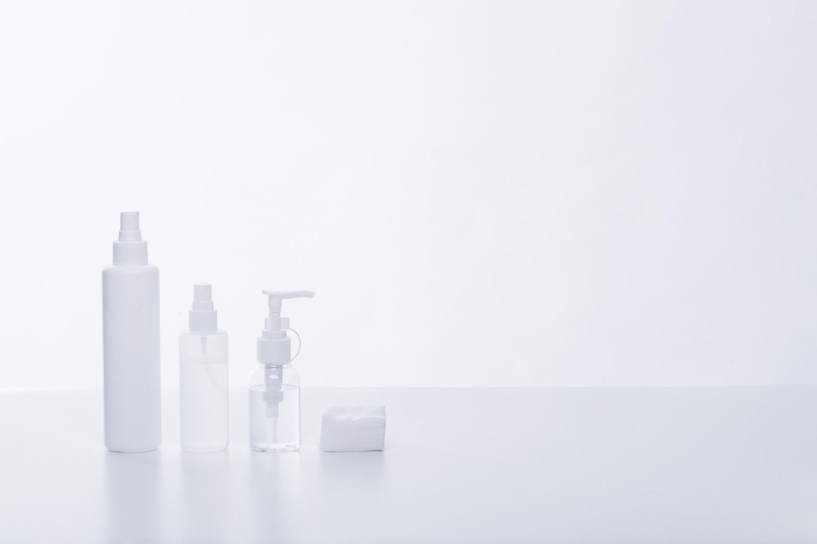 「化粧水ボトルとコットン」の写真