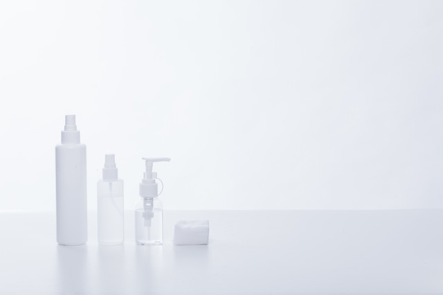化粧水ボトルとコットンの写真