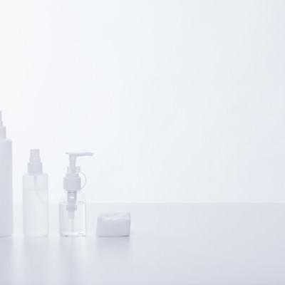 「化粧水ボトルとコットン」の写真素材