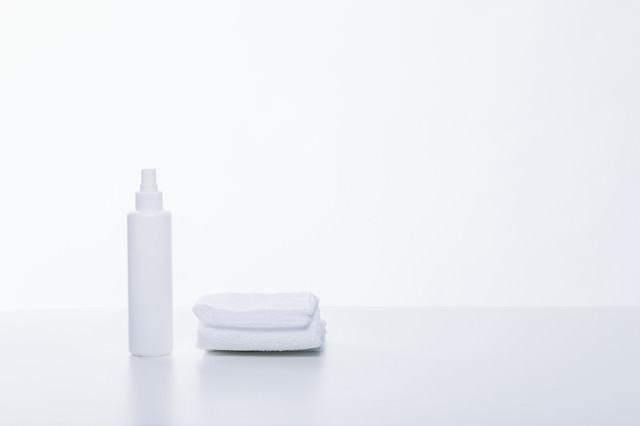 タオルと乳液ボトルの写真