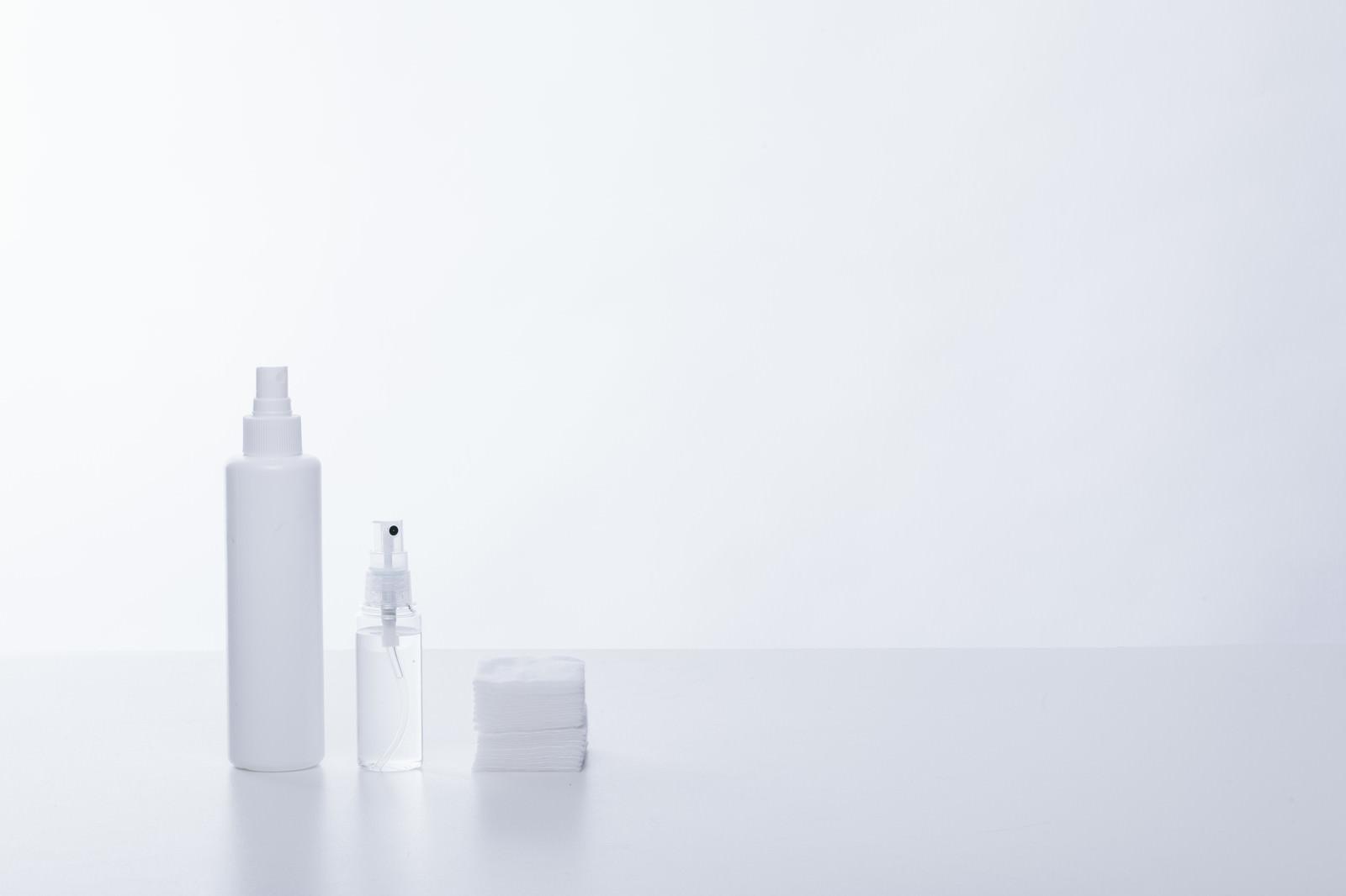 「化粧水の容器とコットン」の写真