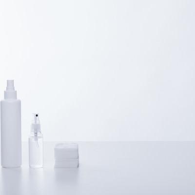 「化粧水の容器とコットン」の写真素材