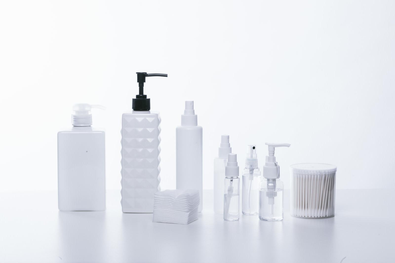 「並べられたコスメ用のボトル」の写真