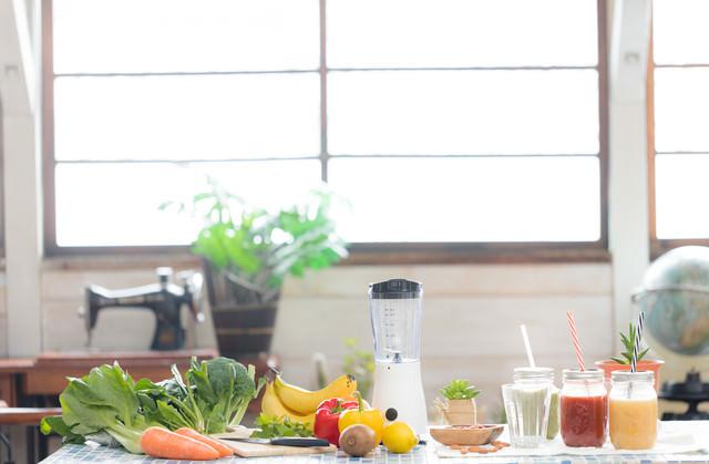 スムージーと緑黄色野菜の写真