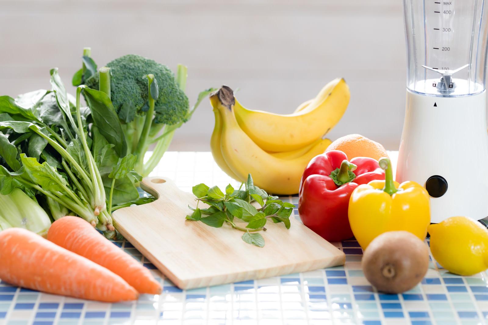 「スムージー用の果物と野菜類」の写真
