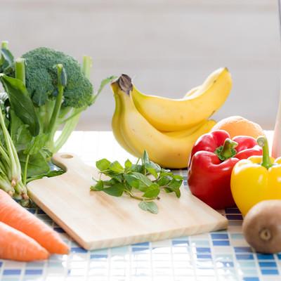 「スムージー用の果物と野菜類」の写真素材