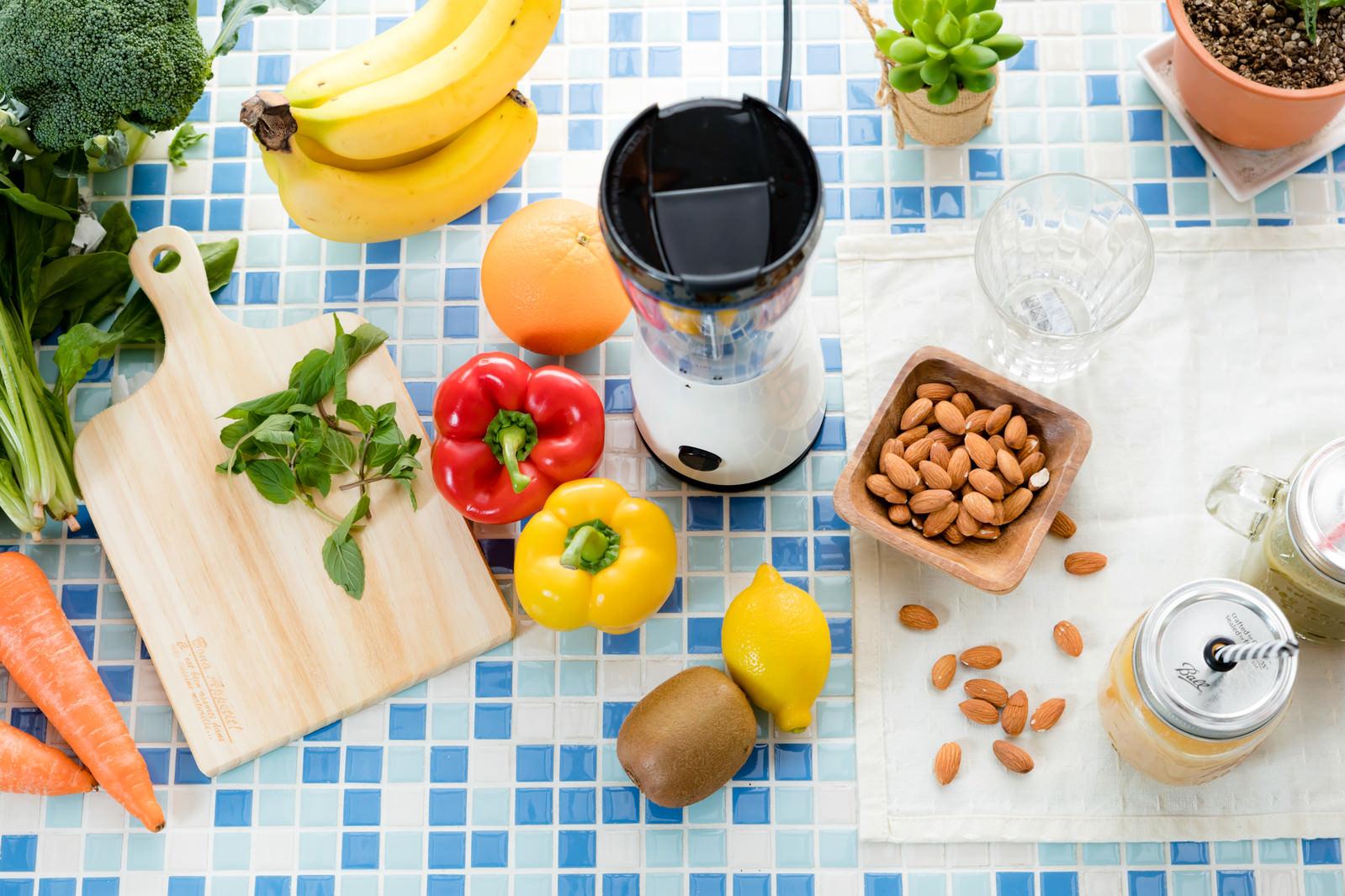 「色とりどりの新鮮野菜とスムージーセット | 写真の無料素材・フリー素材 - ぱくたそ」の写真