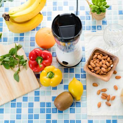 「色とりどりの新鮮野菜とスムージーセット」の写真素材